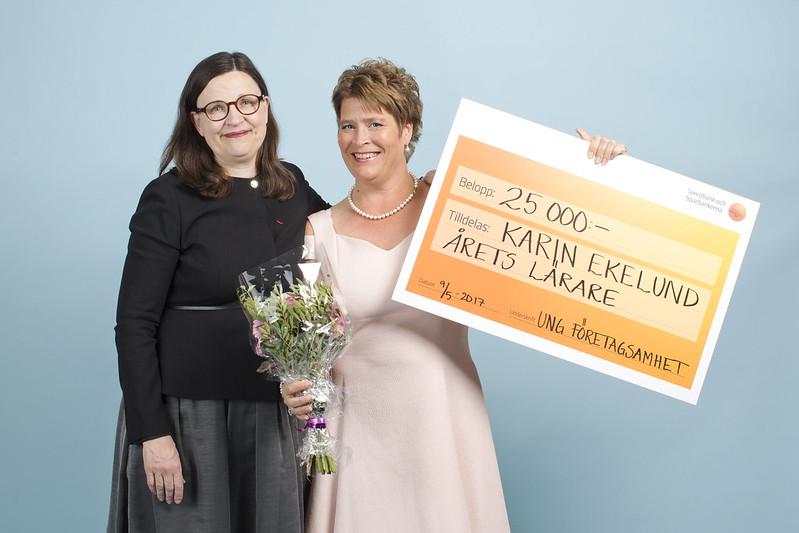 Karin Ekelund tar emot priset för Årets UF-lärare Sverige 2017