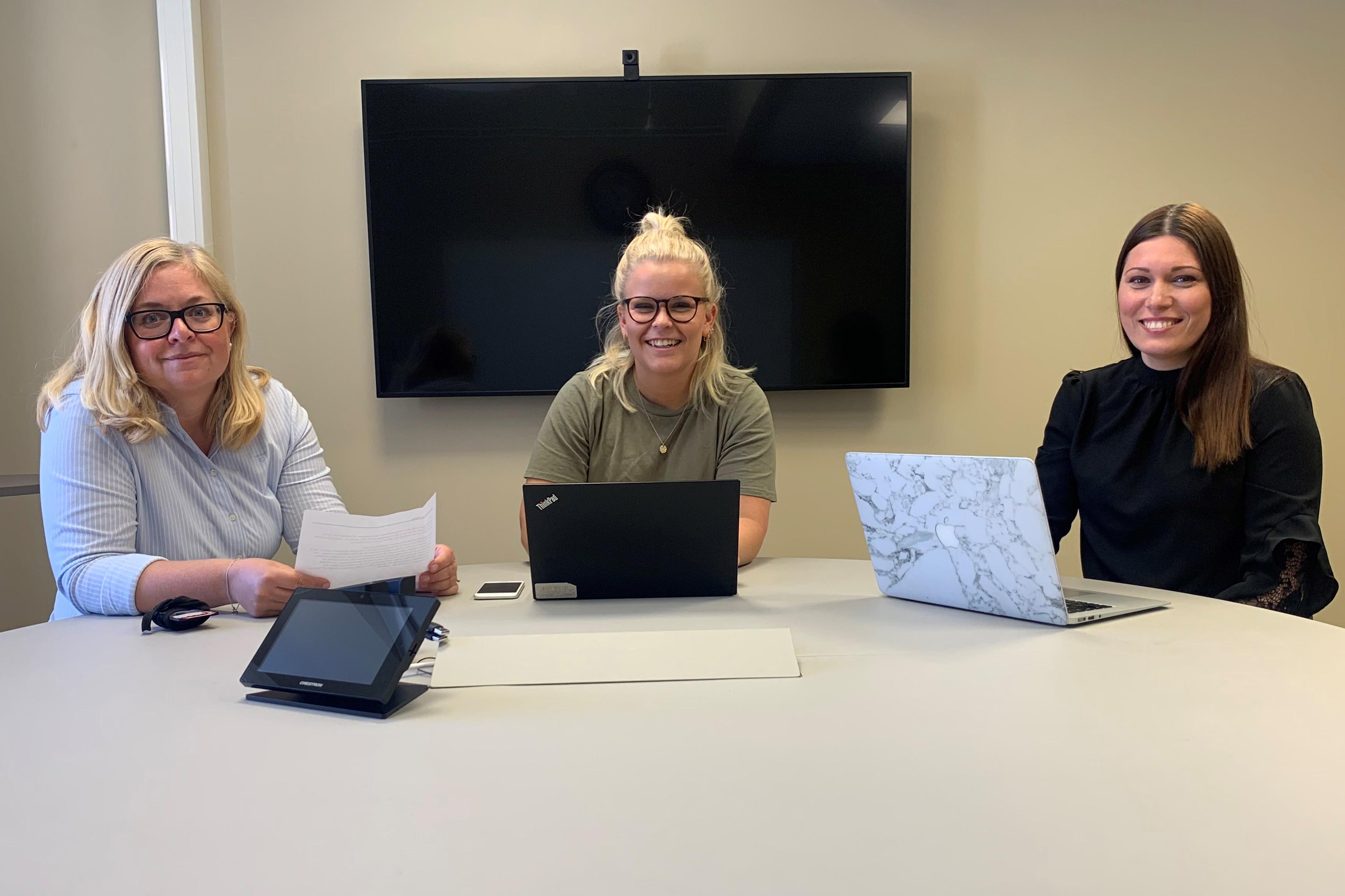 Skaras näringslivsstrateg Helena Nyman Friberg, Alma Ederborn och Louise Samuelsson, UF Skaraborg