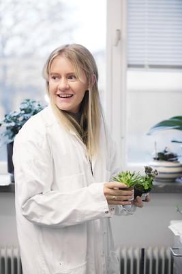 Kvinnlig elev i labbrock